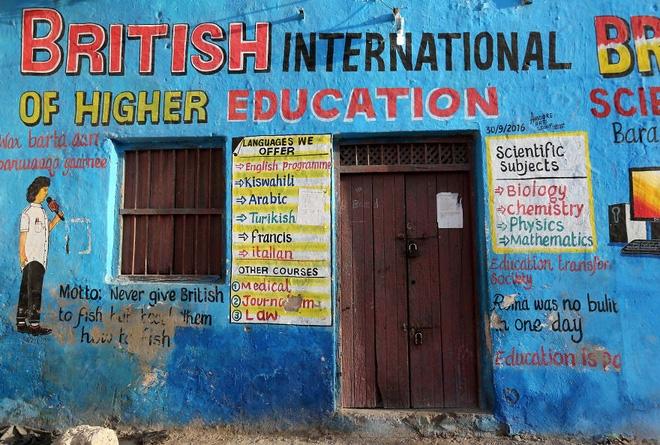 Quảng cáo lớp học trông giống như một tấm bảng phấn được viết lên đó các từ vựng tiếng Anh. Ảnh: Reuters.